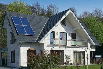 гелиоколлекторы установленные на крыше жилого дома